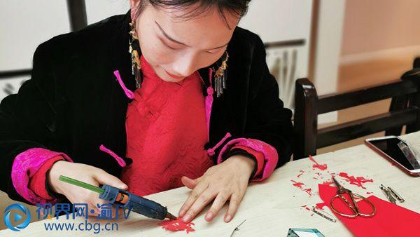新春来临之际,重庆市大渡口区跃进村街道堰兴社区邀请市级非遗堰兴剪纸传承人黄继琳与辖区居民一起进行剪纸创作,庆祝新春佳节。