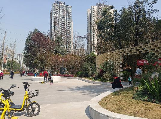 市民在小公园里休憩、玩耍