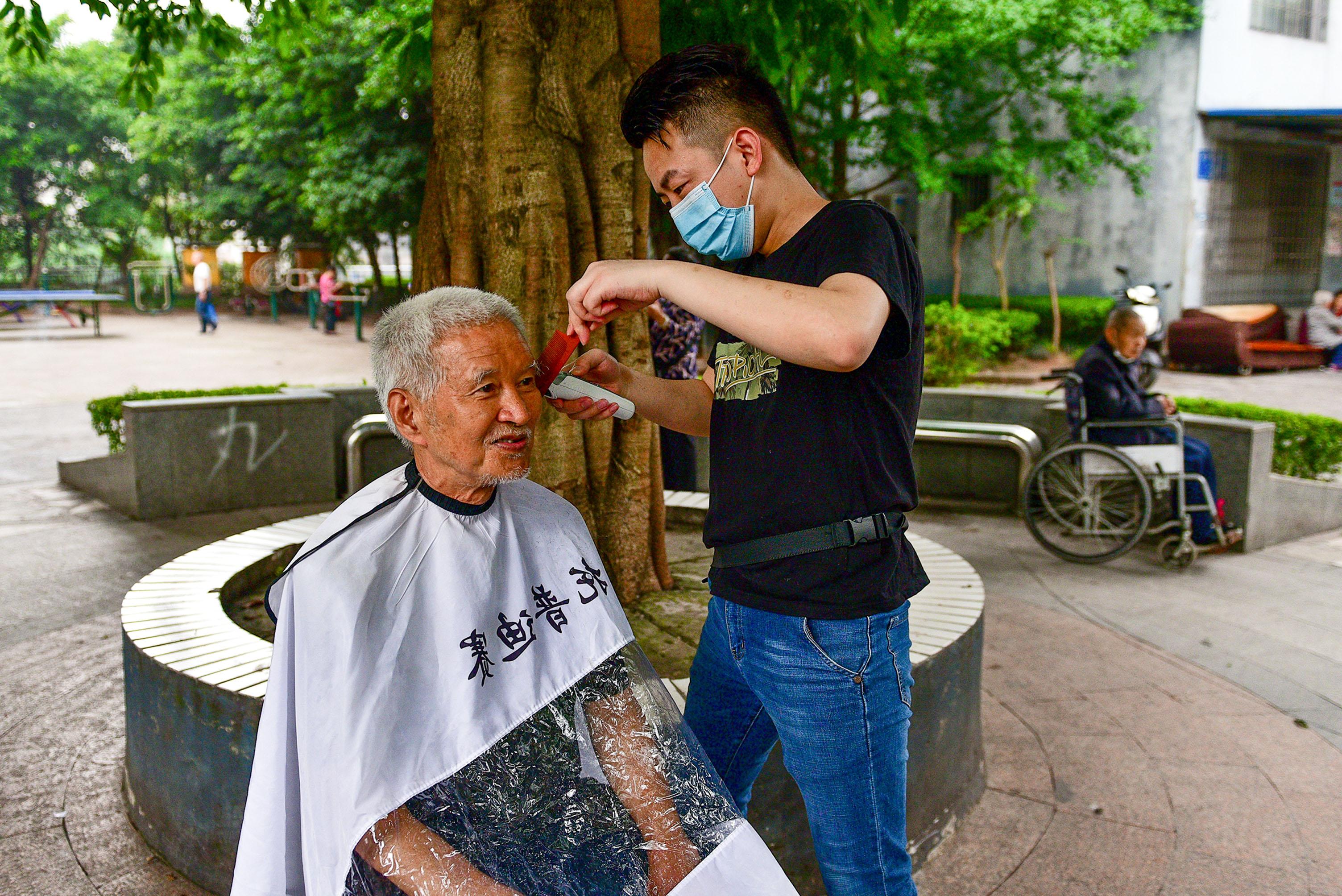 重庆大渡口:爱心义剪 情暖老人心