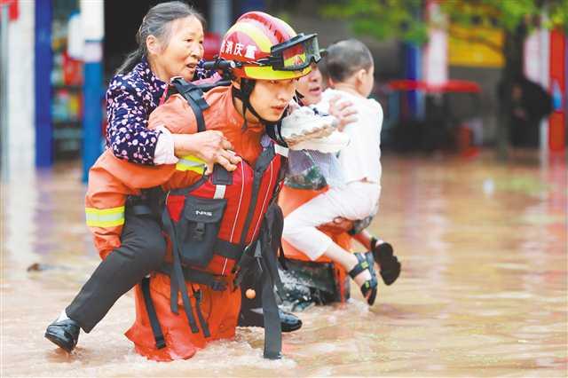 六月二十八日,受暴雨影响,涪陵区龙潭镇龙潭河水位急剧上涨,沿线及场镇大面积被淹。图为消防救援人员正在疏散被困群众。通讯员 肖乐峰 摄 视觉重庆.jpg