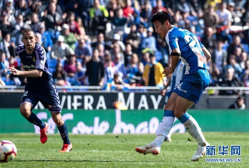 3月2日,西班牙人队球员武磊(右)在比赛中射门。 当日,在2018-2019赛季西班牙足球甲级联赛第26轮比赛中,西班牙人队主场以3比1战胜巴拉多利德队。中国球员武磊在本场比赛中攻入一球,收获自己在西甲联赛的首粒进球。 新华社发(胡安·戈萨摄)