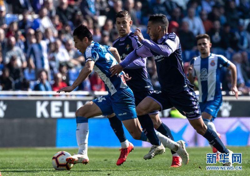 月2日,西班牙人队球员武磊(左一)在比赛中带球突破。 当日,在2018-2019赛季西班牙足球甲级联赛第26轮比赛中,西班牙人队主场以3比1战胜巴拉多利德队。中国球员武磊在本场比赛中攻入一球,收获自己在西甲联赛的首粒进球。 新华社发(胡安·戈萨摄)