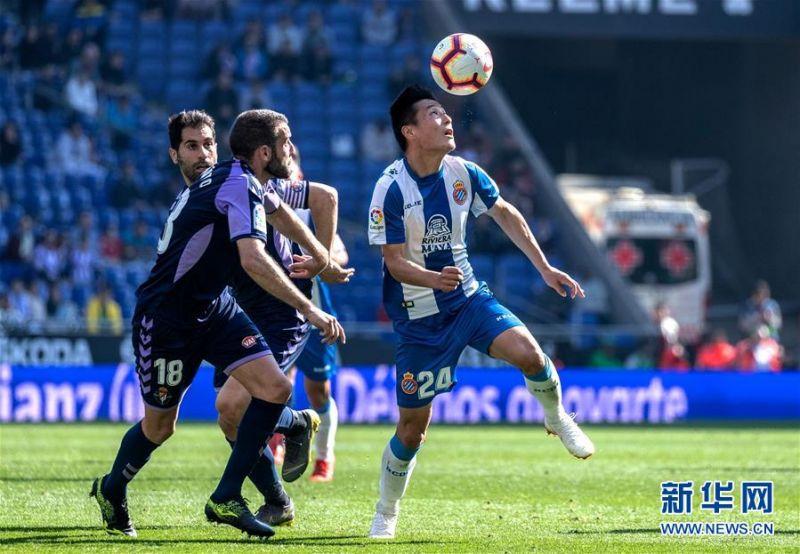 3月2日,西班牙人队球员武磊(右)在比赛中控球。 当日,在2018-2019赛季西班牙足球甲级联赛第26轮比赛中,西班牙人队主场以3比1战胜巴拉多利德队。中国球员武磊在本场比赛中攻入一球,收获自己在西甲联赛的首粒进球。 新华社发(胡安·戈萨摄)