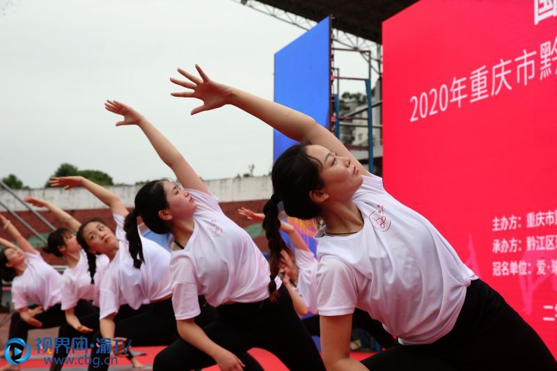 6月21日,在重庆市黔江区体育场,瑜伽爱好者在练瑜伽。(摄影:杨敏)