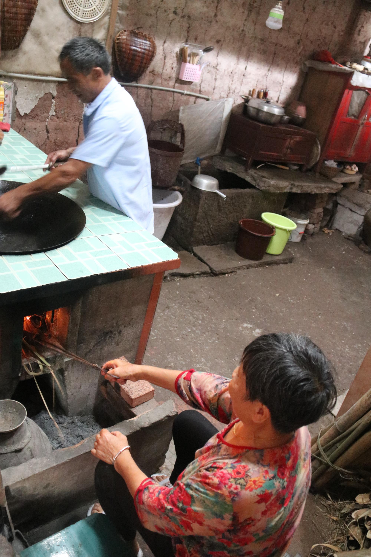 一起烧火做饭。.jpg