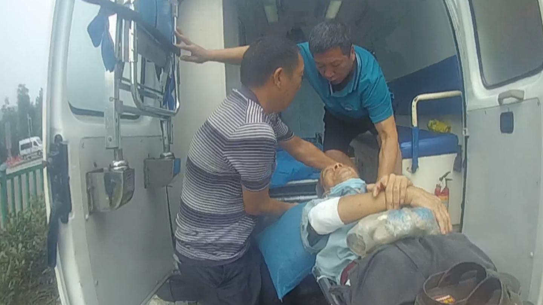 老人被抬上救护车.png