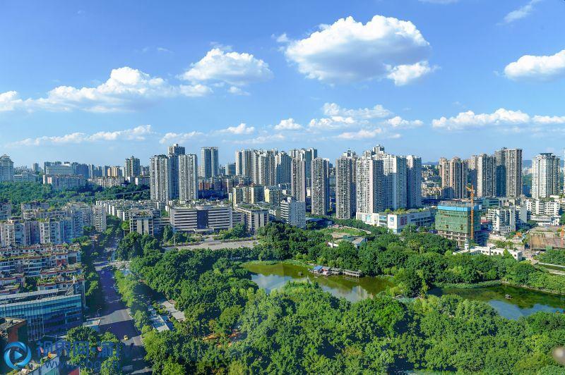 天空、建筑、公园,一幅美丽的画。(摄影:张韬)