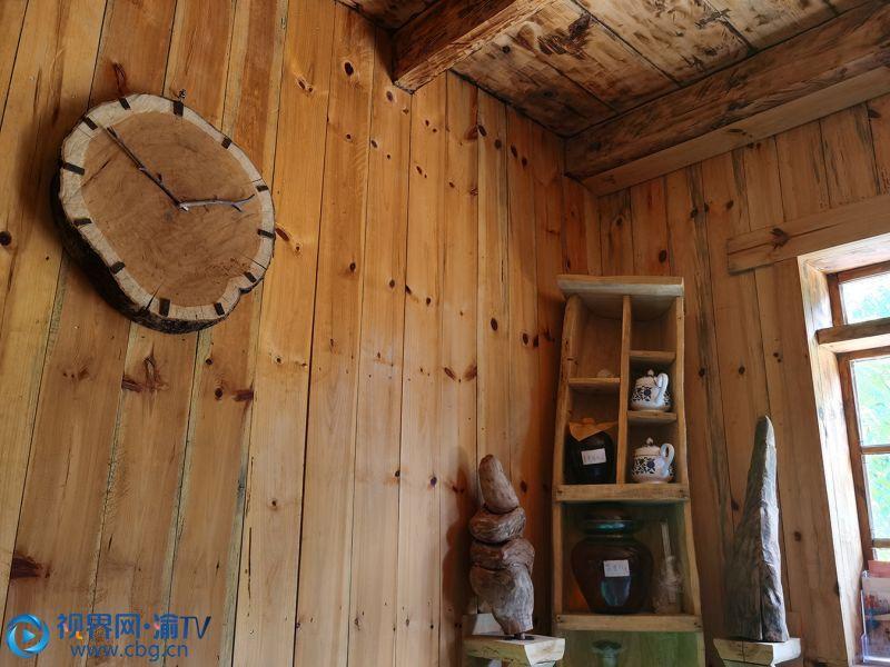 民宿家室内装修装饰品力求原汁原味,用废弃废旧的树根、木块、石头等当地的材料,做出了不同的工艺品。邓丹 摄