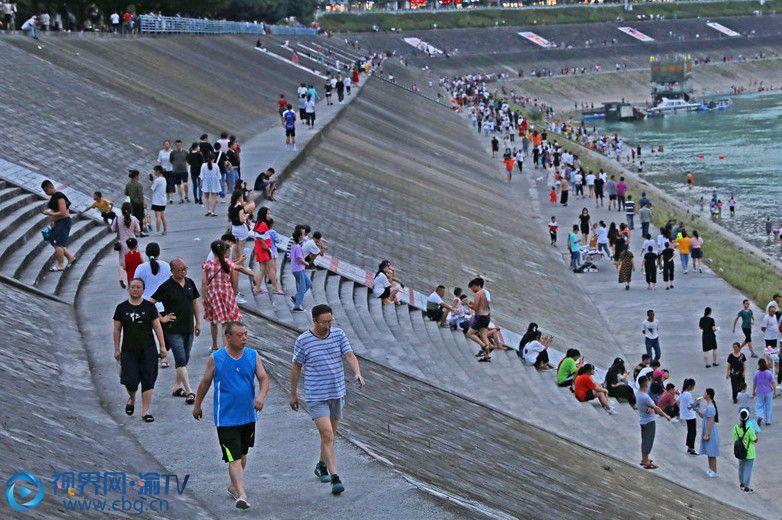 滨江河堤(摄影:赵勇)