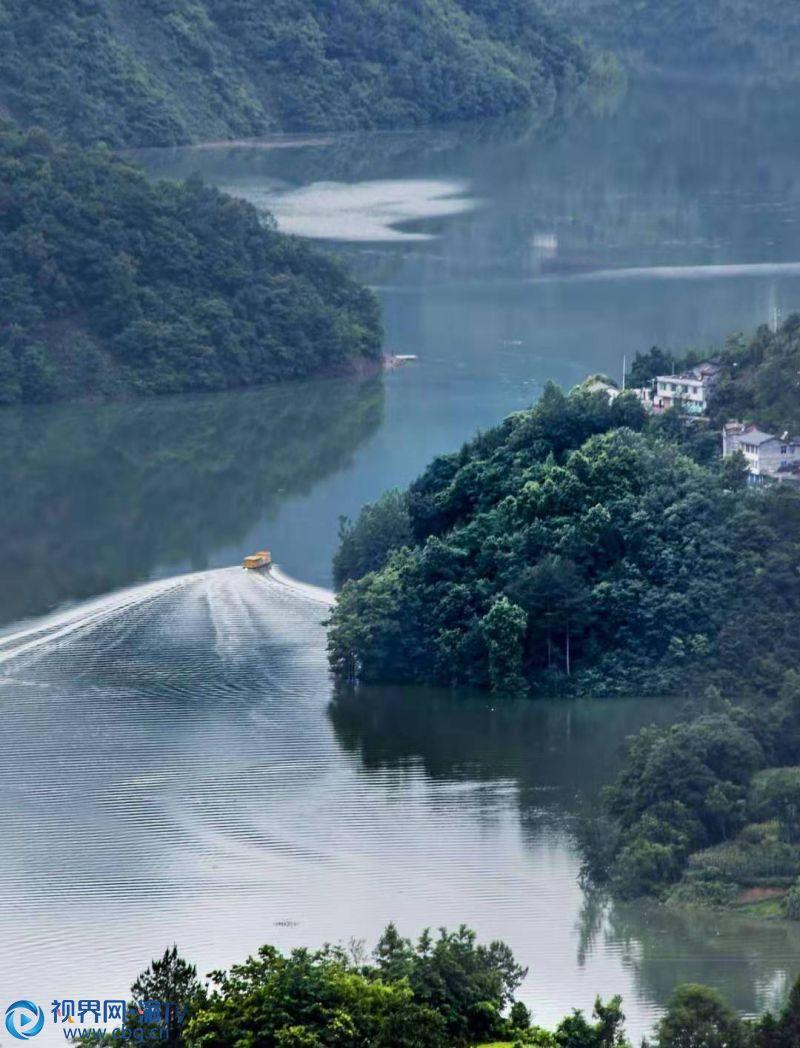天是什么样子?七月的雨淅淅沥沥落下,重庆市城口县大巴山深处绿荫遍野、风暖昼长、池塘新荷、花丛蝶忙······ 汤守华 摄
