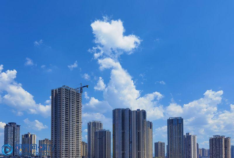 蓝色、白云,天空如此美丽。(摄影:张韬)