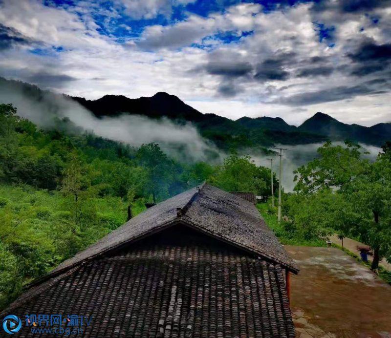 山间田野里、农舍瓦片上,笼罩着薄纱似的雨雾,绵绵的细雨随风飘落,让人平添几分莫名的思绪。李万华 摄