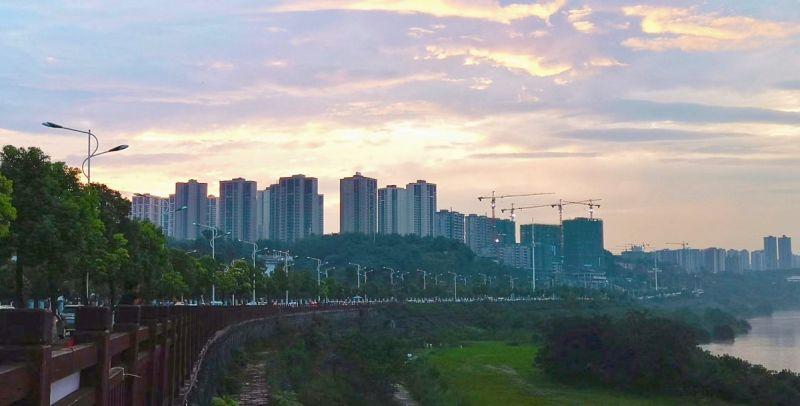 夕阳西下,暮霭红隘。(摄影:李馨倩)
