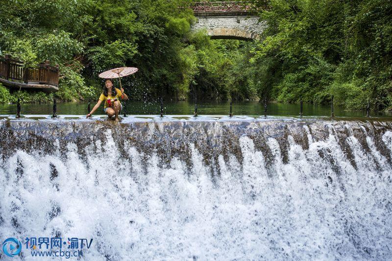 岚天境内的小溪流是游人们的消暑乐园,这里的水清澈见底,常有鱼群嬉戏。包兵 摄