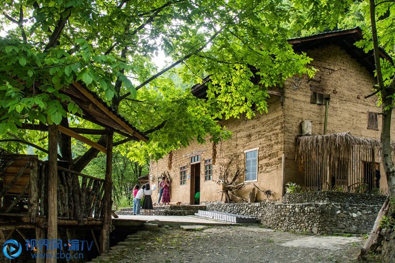 村里人的日子清闲,旅游旺季,接待客人,闲时过着原有的生产生活。王荣 摄