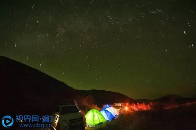 游玩之后带上帐篷,去到黄安坝。开启一段露营时光,夜晚,看满天繁星,倾听深山与星空的故事;清晨,看朝阳升起,感受云海伴霞光的精彩! 孙代兴 摄