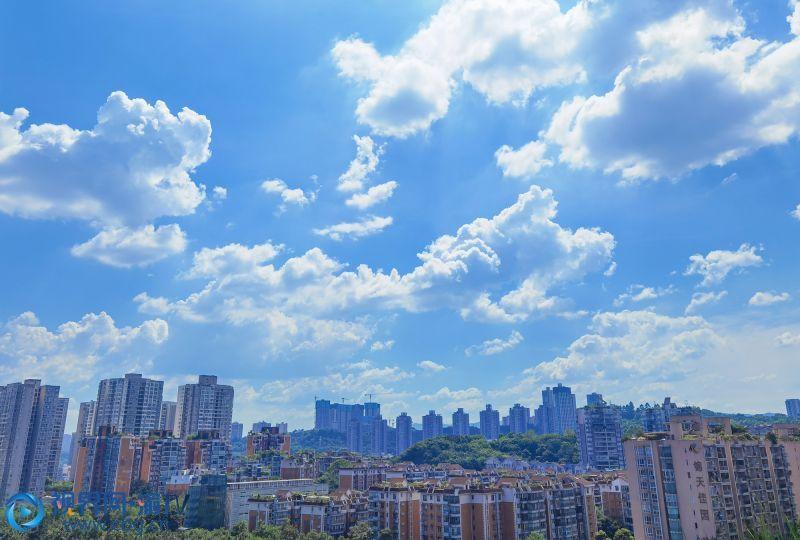 蓝色的天空飘着朵朵白云。(摄影:张韬)