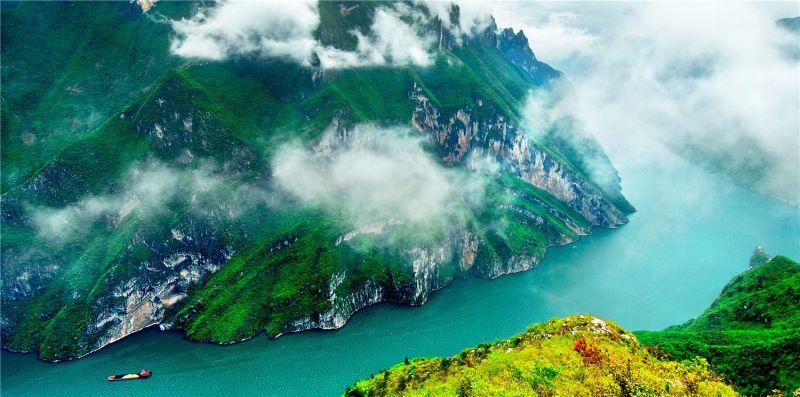 地处长江三峡生态屏障核心区的重庆市巫山县着力构建以生态旅游、生态农业、生态康养为主的生态产业体系,变绿水青山成金山银山。图为巫峡烟云美如画。何志宏 摄