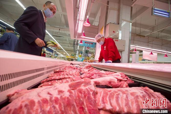 资料图:山西省太原市一超市,消费者正在选购猪肉。<a target='_blank' href='http://www.chinanews.com/'>中新社</a>记者 张云 摄