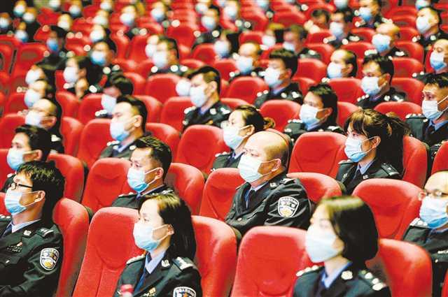 """重庆市抗击新冠肺炎疫情先进事迹巡回报告会走进卫生健康和公安系统""""战疫英雄""""报告会上 有掌声也有泪水"""