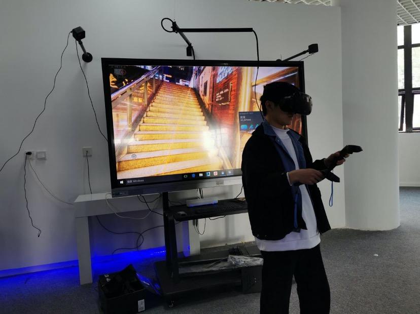 图五 虚拟现实技术VR体验活动调试中.jpeg