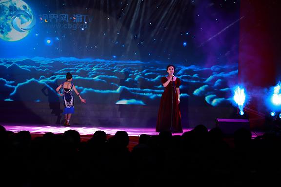 (图二)学生和老师合作节目拉丁歌伴舞《大鱼》。 (张雯理 摄).jpg