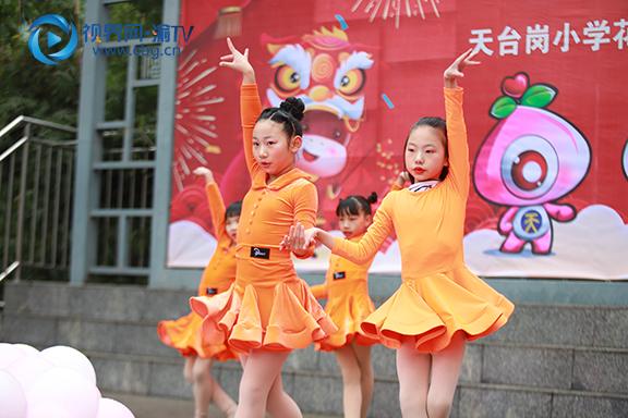 图三 天台岗小学花园校区拉丁舞表演。徐婉婷 摄.jpg
