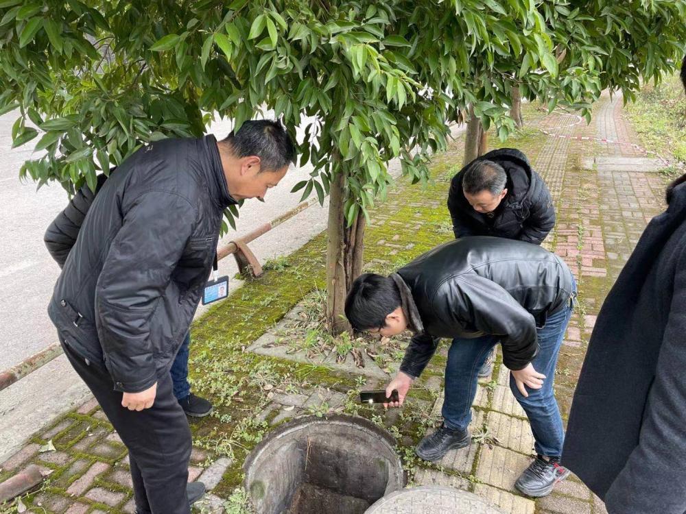 2月18日,合川区生态环境局工作人员协同草街办事处及草街工业园区工作人员对园区雨污管网进行排查。.jpg