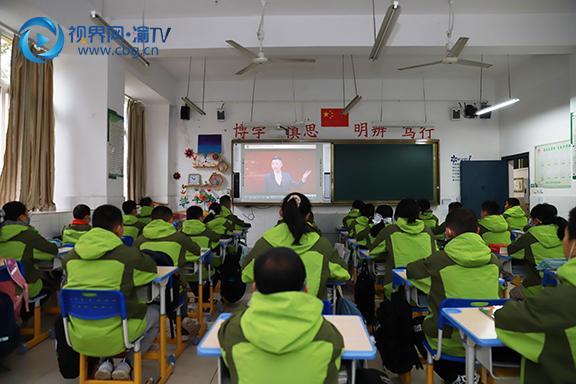图4学生认真观看《开学第一课》。徐婉婷摄.JPG