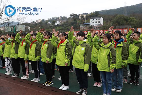 图1全体师生共唱国歌。徐婉婷摄.JPG