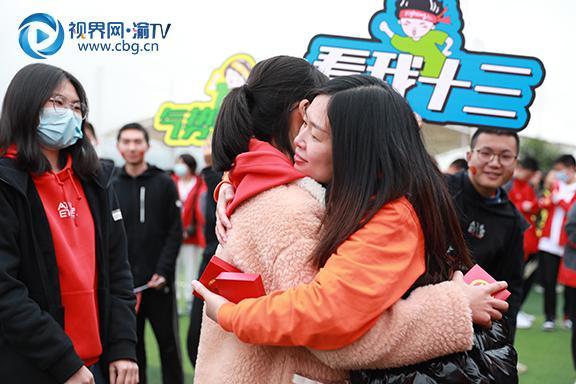 图一班主任为学子们佩戴成长勋章后互相拥抱。徐婉婷摄.JPG