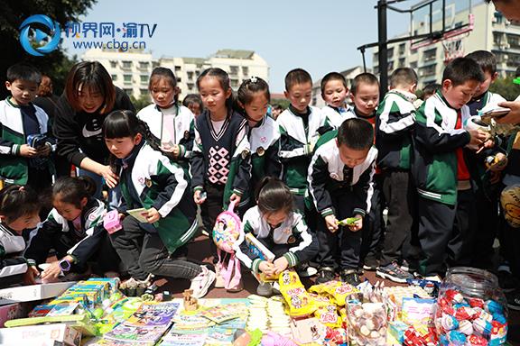 图二孩子们积极参与义卖活动。梁馨元摄.jpg