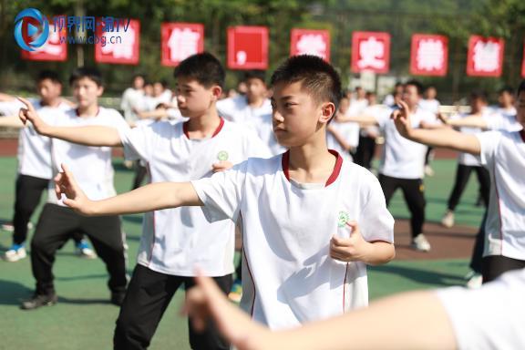 图三八十四中七年级学生八段锦展示梁馨元摄。.JPG
