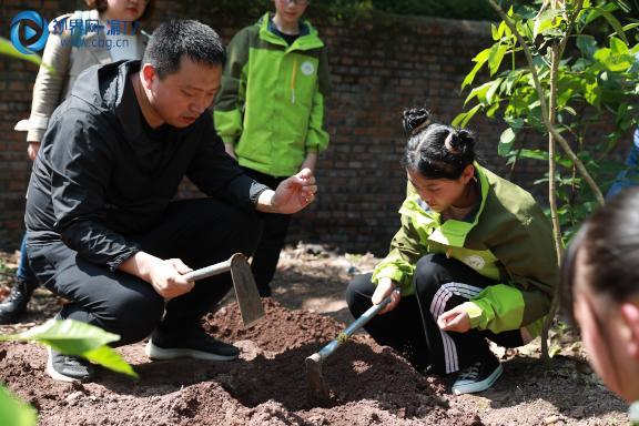 图二王超老师教导学生挖坑填土梁馨元摄。.JPG