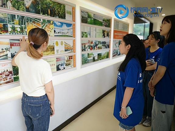 图二小云雀实践团成员参观展厅。重庆工商大学管理科学与工程学院供图.png