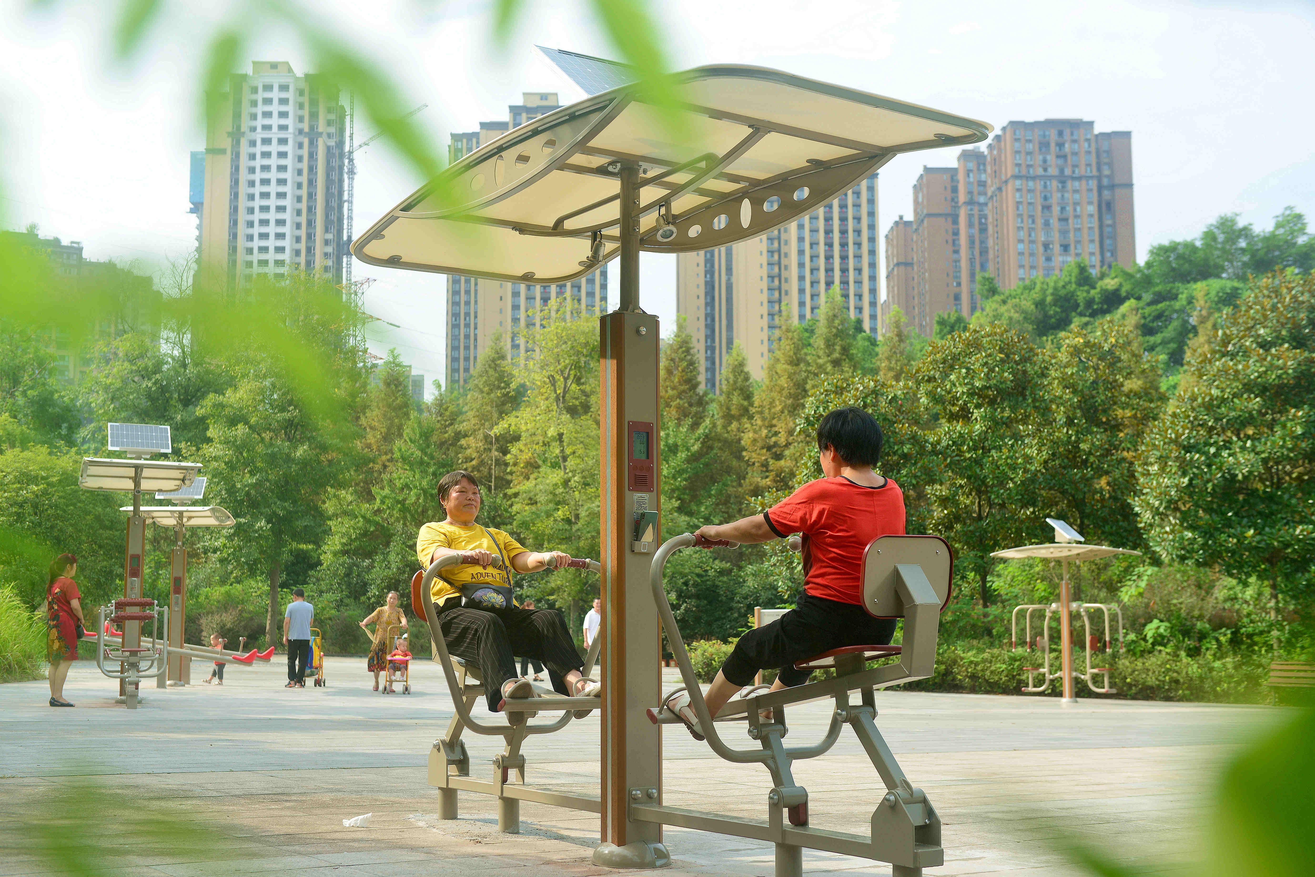 """20210913(成蓉)居民正在綦河""""两江四岸""""智慧健身长廊锻炼身体.jpg"""