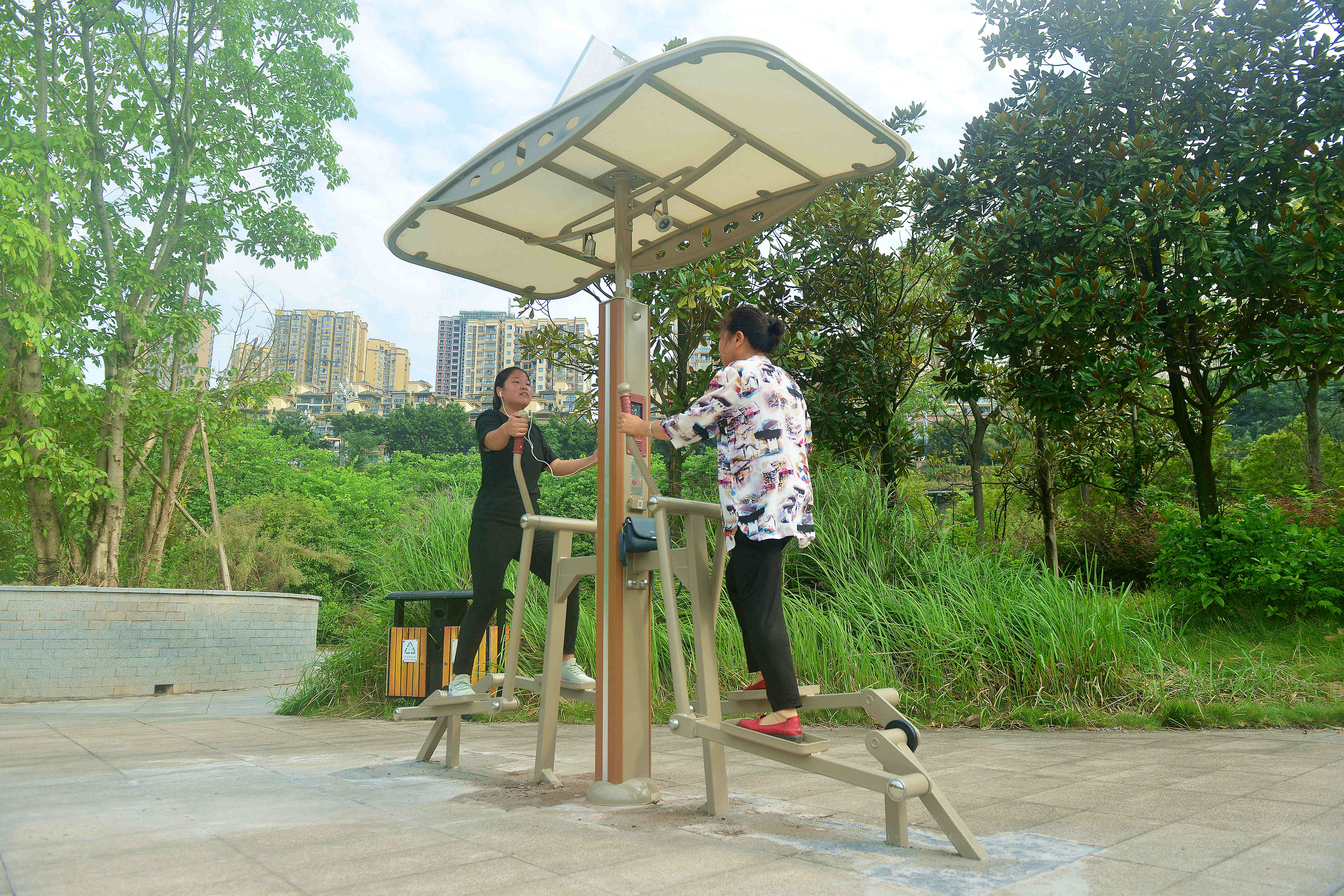 """20210913(成蓉)居民正在綦河""""两江四岸""""智慧健身长廊锻炼身体2.jpg"""