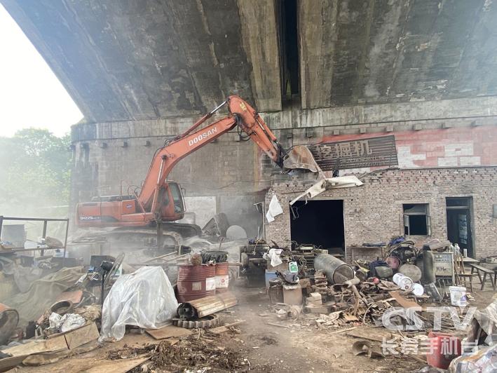高速公路汪家湾大桥下一违法建筑被拆除3 副本.jpg