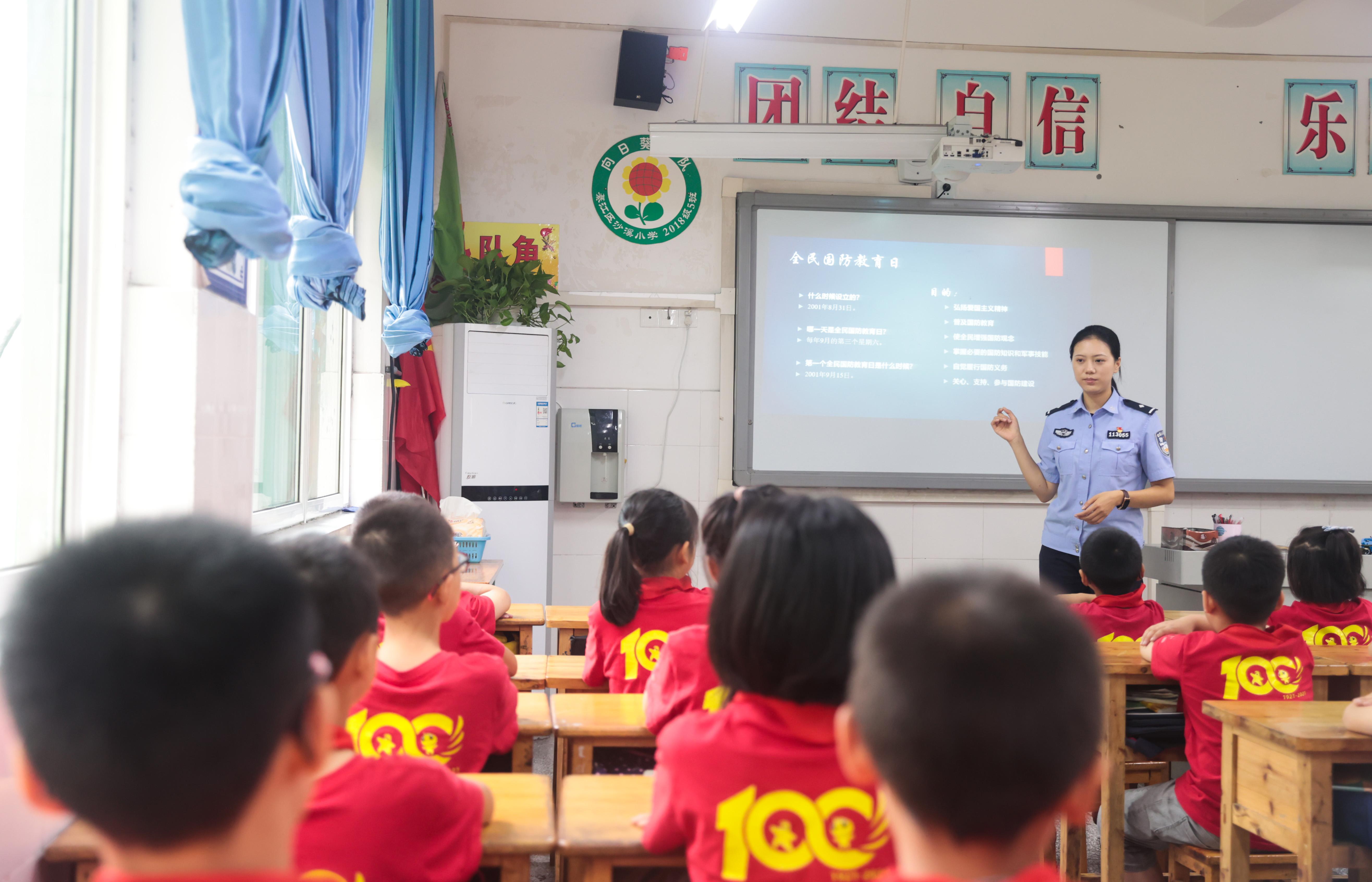 9月18日,民警向学习介绍全民国防教育日.jpg
