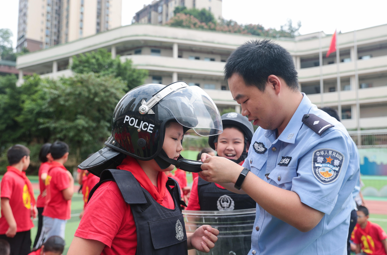 9月18日,民警指导学生体验常规警械使用1.jpg