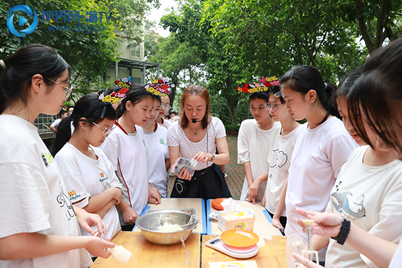老师指导学生们制作月饼.JPG